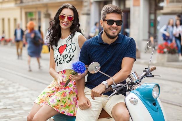 Jonge mooie hipster paar rijden op motor stadsstraat