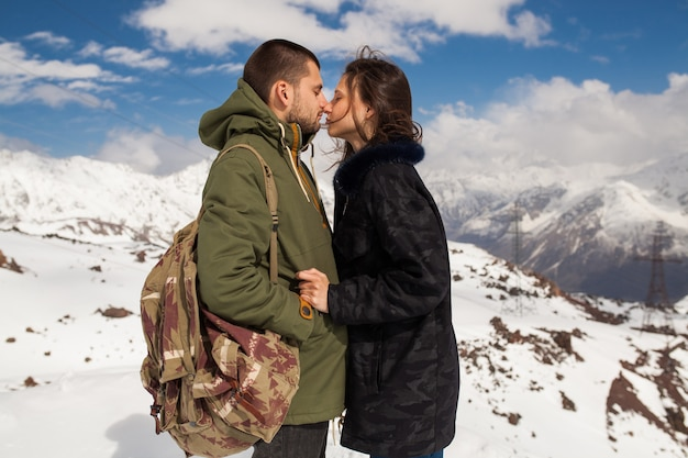 Jonge mooie hipster paar wandelen in de bergen, wintervakantie reizen, man vrouw verliefd