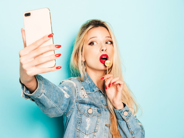 Jonge mooie hipster slecht meisje in trendy jeans zomerkleding en oorbel in haar neus