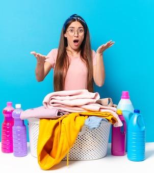 Jonge, mooie huishoudster die zich extreem geschokt en verrast, angstig en in paniek voelde, met een gestreste en geschokte blik