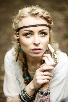 Jonge mooie indiaanse vrouw close-up.