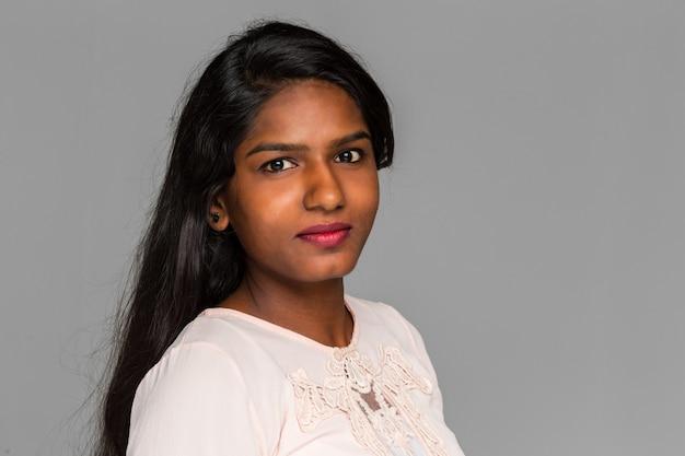 Jonge mooie indiase vrouw