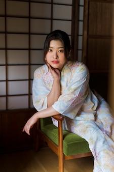 Jonge mooie japanse vrouw die een kimono draagt