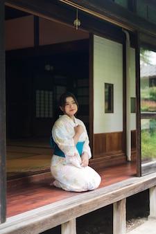 Jonge mooie japanse vrouw die een traditionele kimono draagt