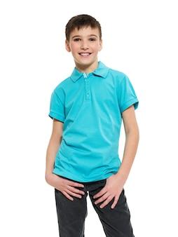 Jonge mooie jongen poseren in de studio als mannequin. foto van kleuter 8 jaar oud over wit