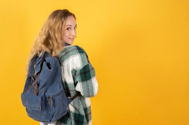 Jonge mooie kaukasische vrouwelijke student met rugzak