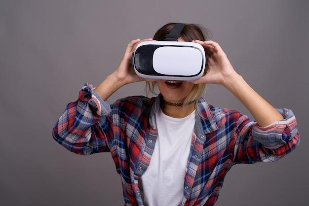 Jonge mooie kazachse vrouw met behulp van virtual reality headset