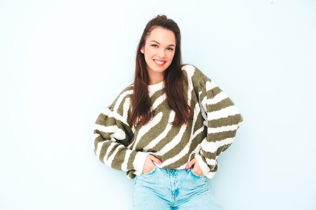 Jonge mooie lachende vrouw in trendy zomer hipster kleding