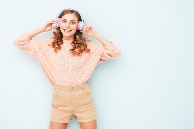 Jonge mooie lachende vrouw in trendy zomerkleren