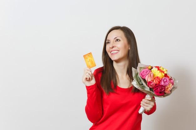 Jonge mooie lachende vrouw met boeket van mooie rozen bloemen creditcard geïsoleerd op een witte achtergrond. kopieer ruimte voor advertentie. st. valentijnsdag of internationale vrouwendag concept
