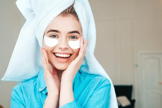 Jonge mooie lachende vrouw met vlekken onder de ogen
