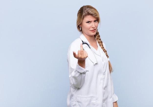 Jonge mooie latijns-vrouw voelt zich boos, geërgerd, opstandig en agressief, draait de middelvinger weg en vecht terug. arts concept