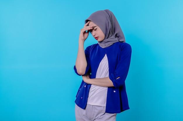 Jonge mooie latijnse vrouw die geconcentreerd kijkt en hard nadenkt over een idee, een oplossing voor een uitdaging of probleem tegen de blauwe muur voorstelt