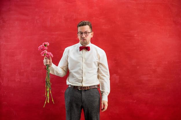 Jonge mooie man met bloemen
