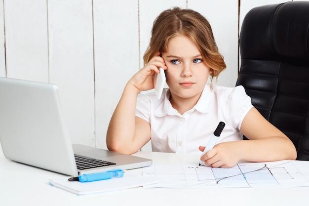 Jonge mooie meisjes sprekende telefoon op werkende plaats in bureau.