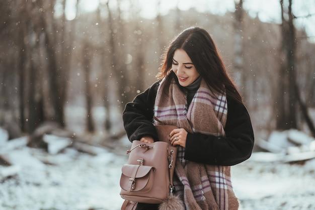 Jonge mooie model poseren in winter woud