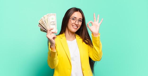 Jonge mooie onderneemster met dollarbankbiljetten