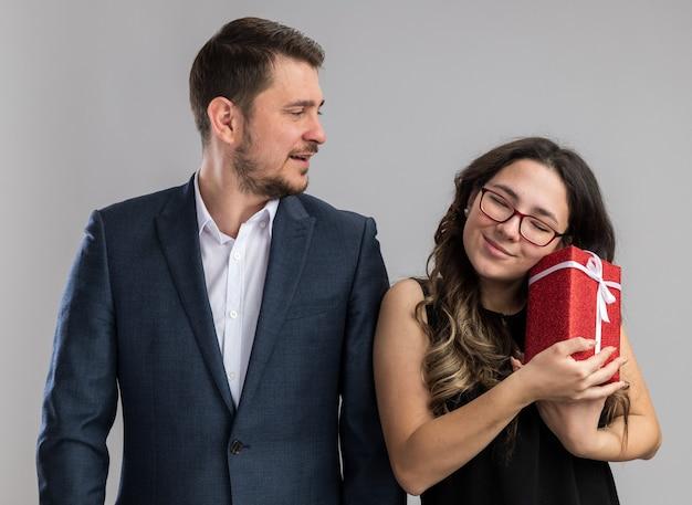 Jonge mooie paar gelukkige man en vrouw met een cadeau gelukkig verliefd samen valentijnsdag vieren