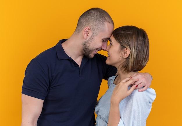 Jonge mooie paar in vrijetijdskleding man en vrouw omarmen gelukkig verliefd glimlachend vrolijk staand