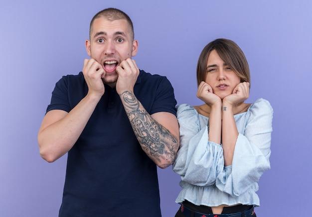 Jonge mooie paar man en vrouw die er gestrest en nerveus uitzien