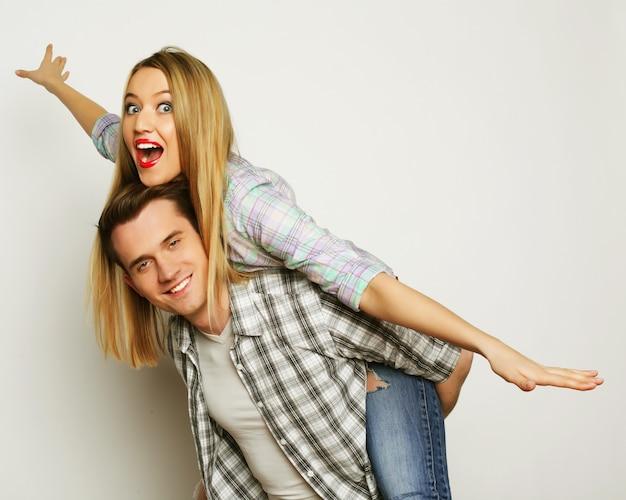 Jonge mooie paar poseren in studio, close-up, gelukkige man en gelukkige vrouw,
