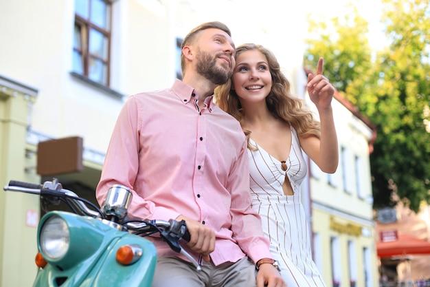 Jonge mooie paar rijden op de motor. avontuur en vakanties concept.