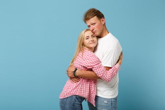 Jonge mooie paar twee vrienden jongen meisje in wit roze lege lege ontwerp t-shirts poseren