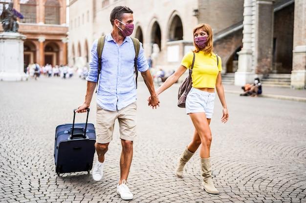Jonge mooie paar verliefd wandelen in de stad Premium Foto