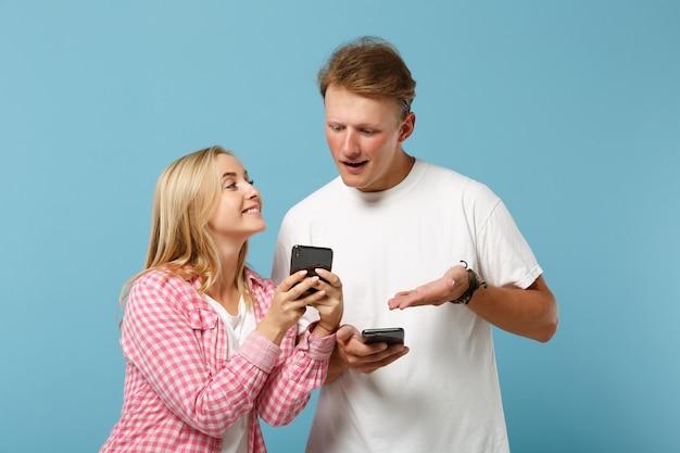 Jonge mooie paar vrienden man en vrouw in wit roze lege lege t-shirts poseren