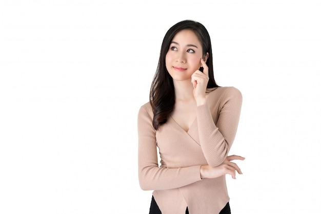 Jonge mooie peinzende aziatische vrouw