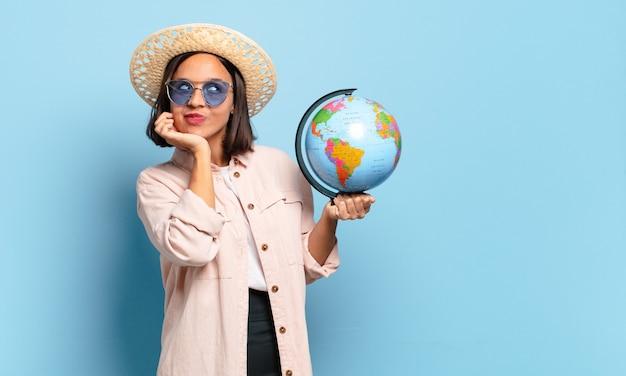 Jonge mooie reizigersvrouw met een kaart van de wereldbol. reizen of vakantie concept