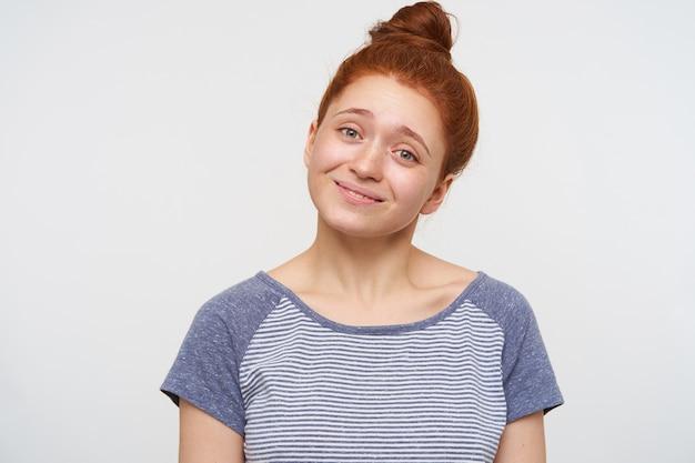 Jonge mooie roodharige vrouw met geïsoleerd broodje kapsel