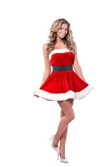 Jonge mooie santa meisje in korte feestelijke jurk bont, lang blond haar, lichte make-up, conceptuele mode kunst.