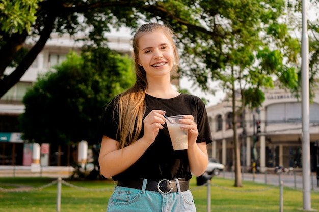 Jonge mooie schattige braziliaanse vrouw somo, een boliviaanse drank drinken