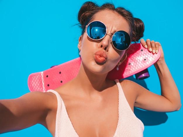 Jonge mooie sexy glimlachende hipster vrouw in zonnebril.