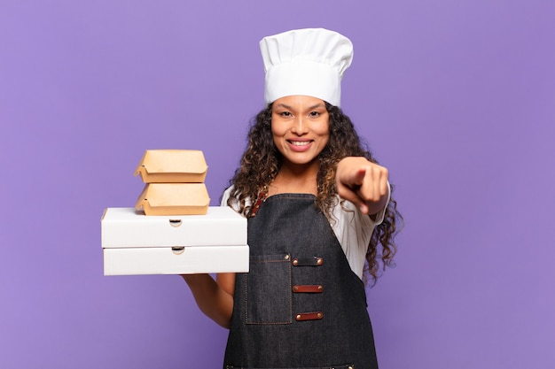 Jonge mooie spaanse vrouw barbecue chef-kok concept