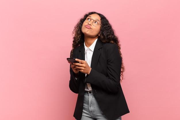 Jonge mooie spaanse vrouw business en smartphone concept