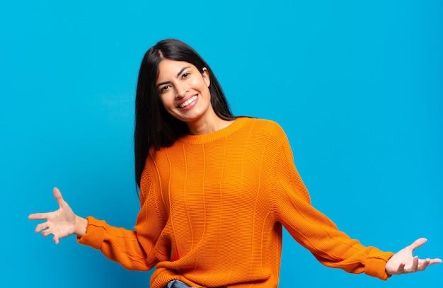 Jonge mooie spaanse vrouw die er gelukkig, arrogant, trots en zelfvoldaan uitziet en zich een nummer één voelt