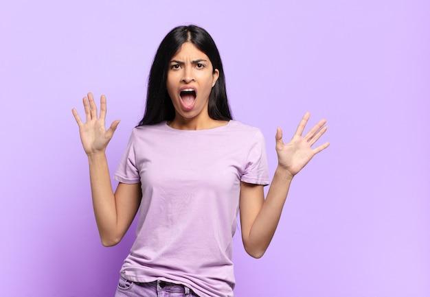 Jonge mooie spaanse vrouw die zich verdoofd en bang voelt, bang voor iets angstaanjagends