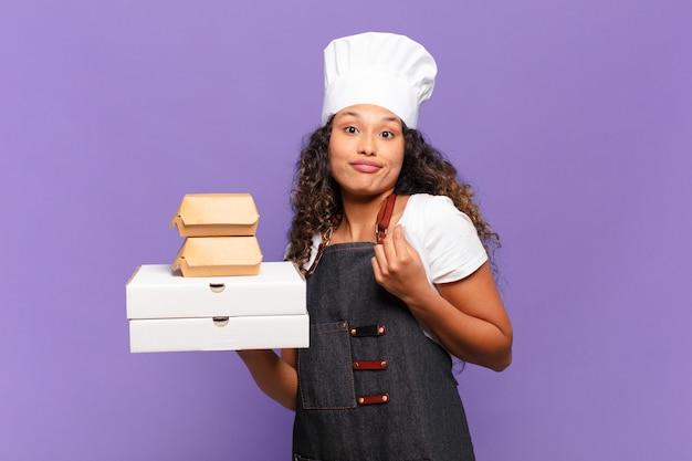 Jonge mooie spaanse vrouw gelukkig en trotse barbecue chef-kok concept