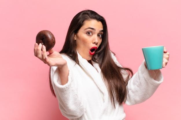 Jonge mooie spaanse vrouw geschokt of verrast het concept van het meningsontbijt