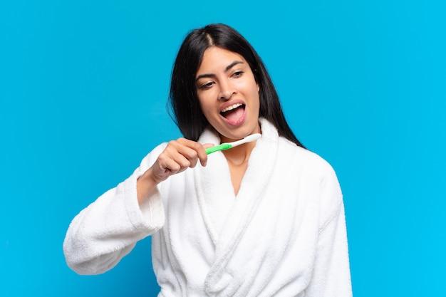 Jonge mooie spaanse vrouw met een tandenborstel