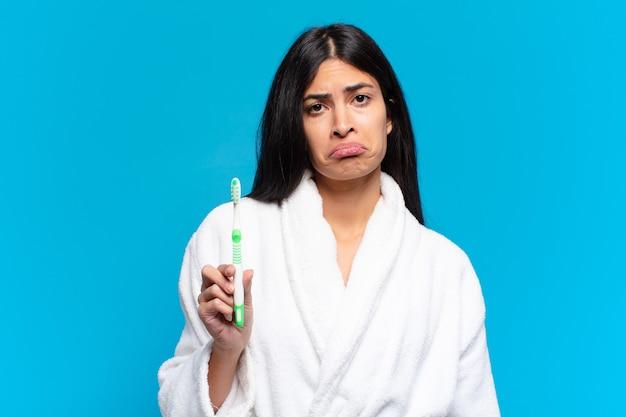 Jonge mooie spaanse vrouw. met een tandenborstel