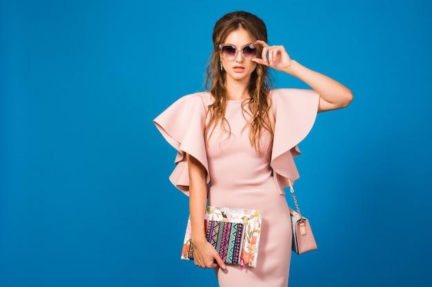 Jonge mooie stijlvolle vrouw in roze jurk