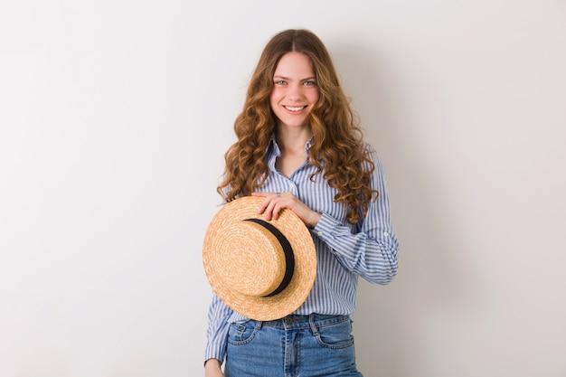 Jonge mooie stijlvolle vrouw in zomer stijl outfit met blond krullend haar