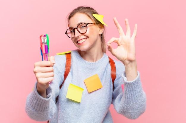 Jonge mooie student vrouw gelukkige uitdrukking