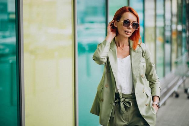 Jonge mooie succesvolle vrouw in groen pak