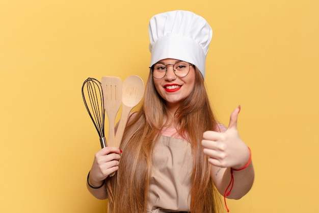Jonge mooie vrouw. blij en verrast expressie chef-kok concept