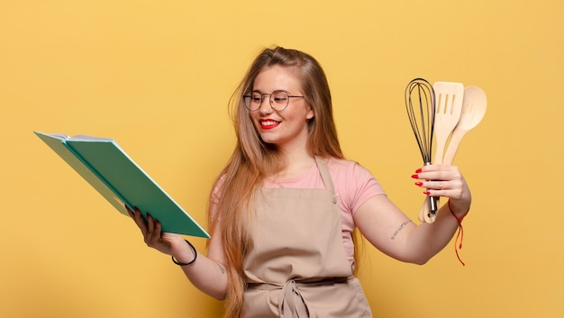 Jonge mooie vrouw. blij en verrast expressie chef-kok kookconcept