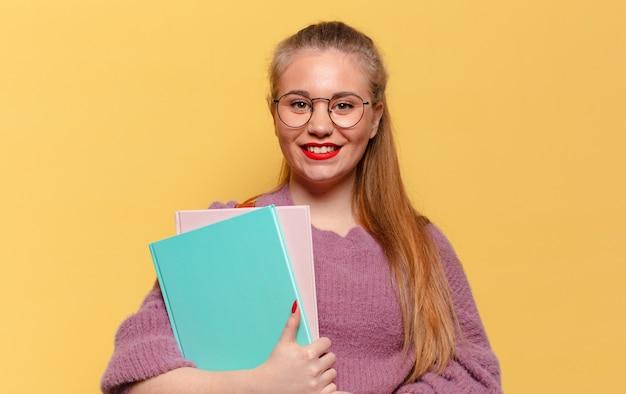 Jonge mooie vrouw. blij en verrast uitdrukking. studentenconcept